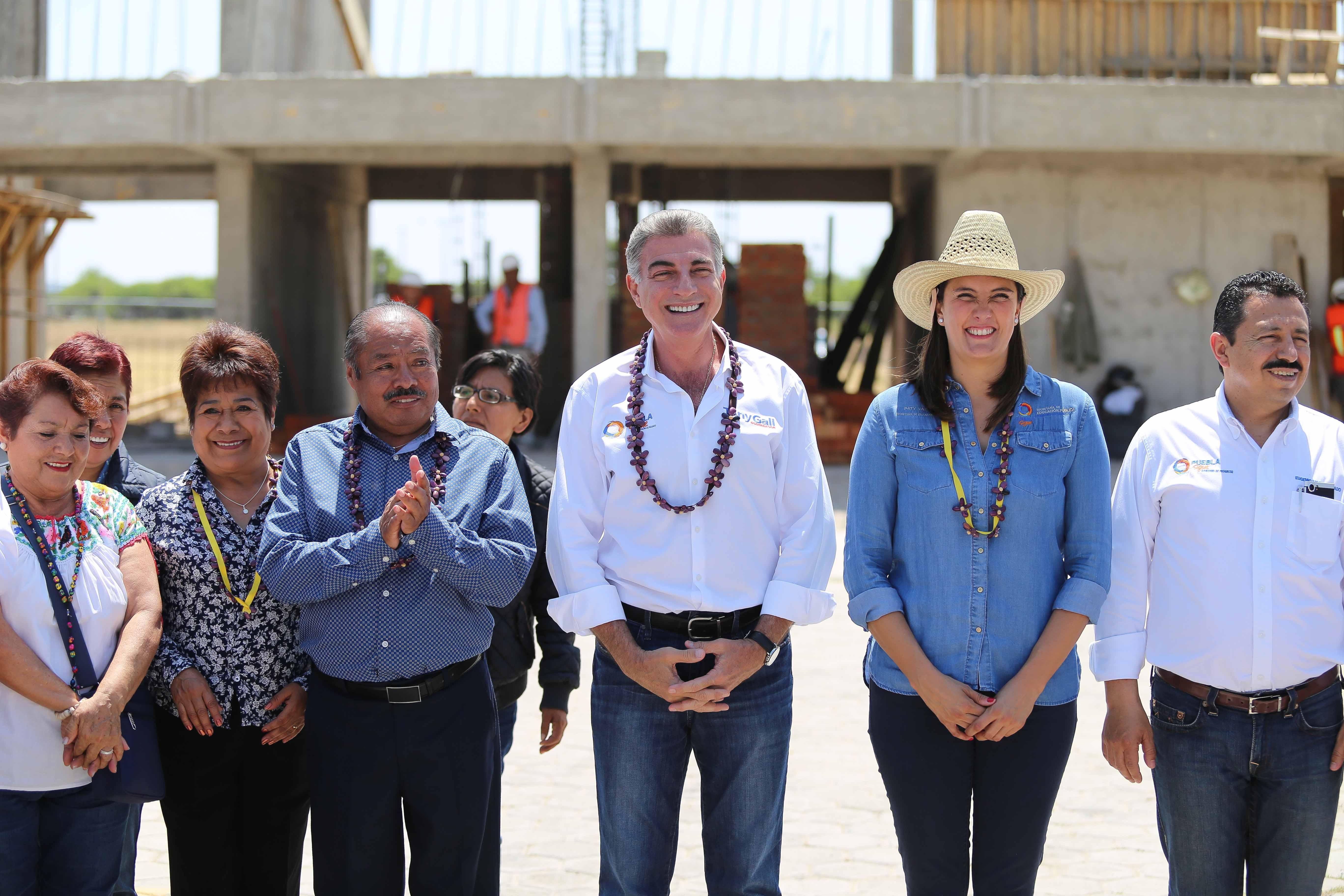 Supervisa Gali tramo carretero en la Mixteca y construcción de escuela
