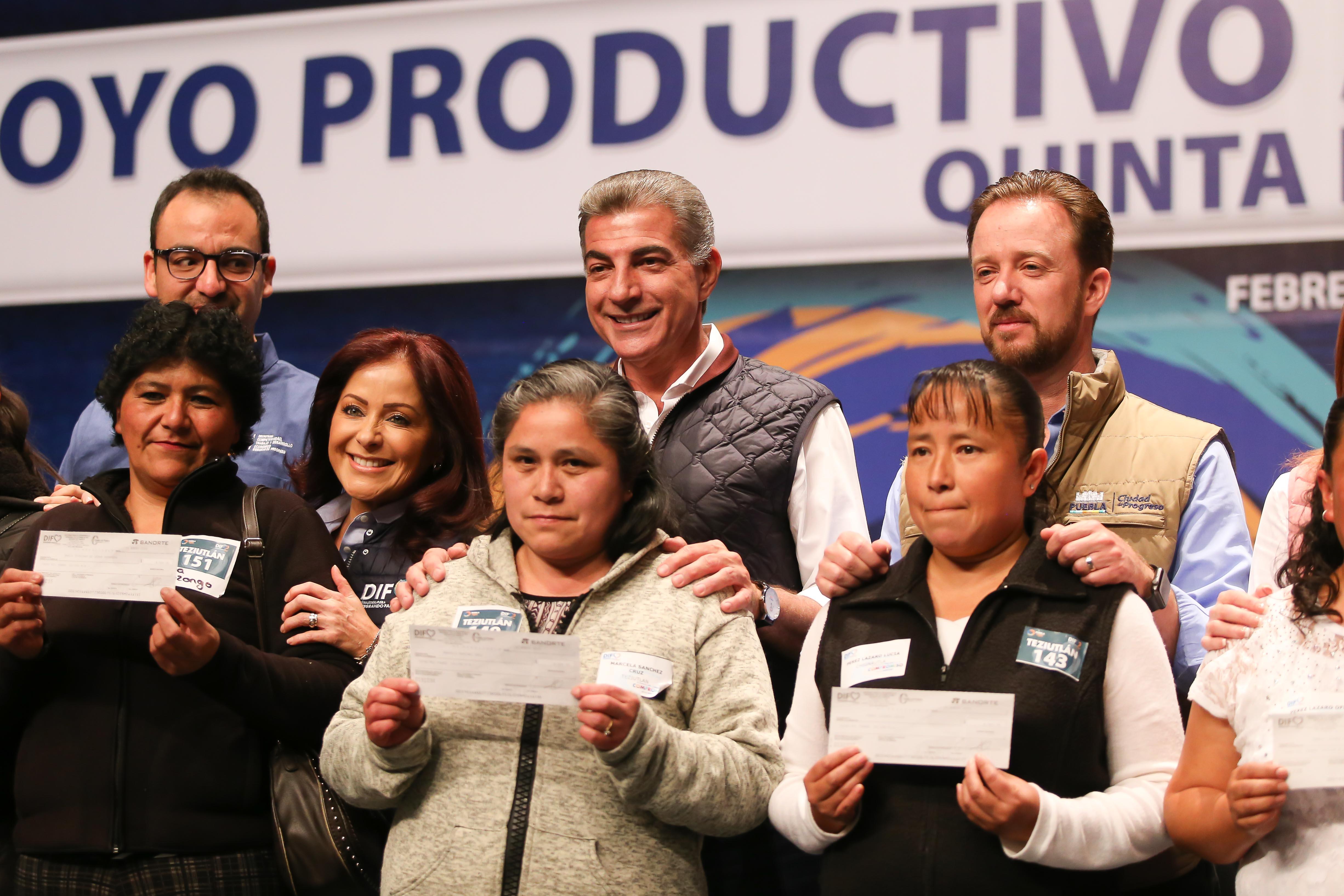 Antonio Gali y Dinorah López de  Gali entregan apoyos productivos