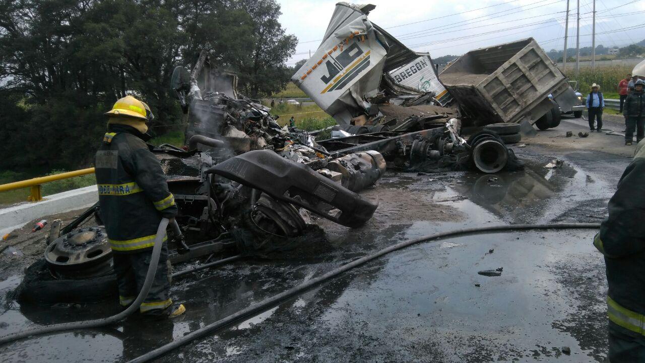 Muere chofer tras choque e incendio de camión en Acajete