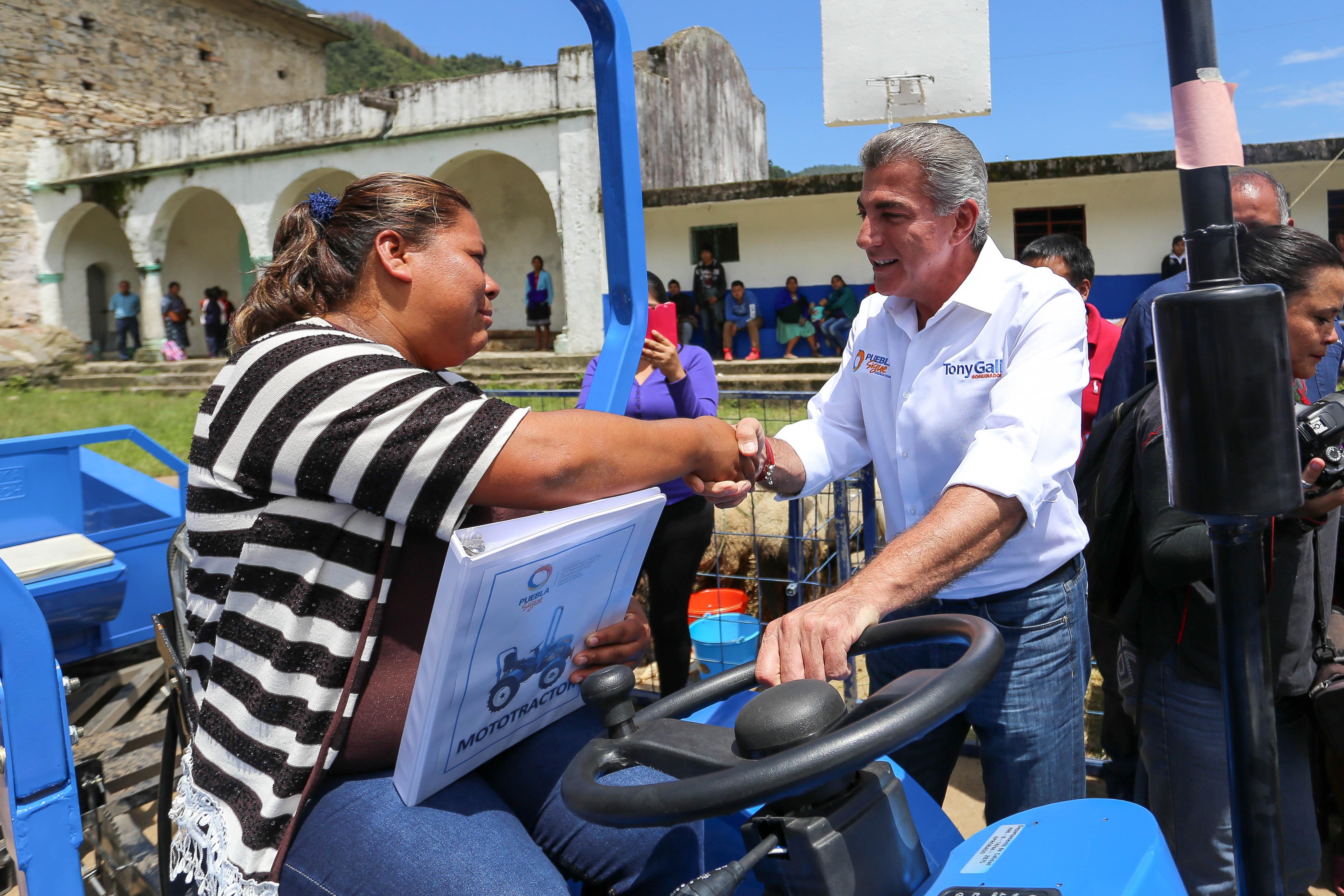 Gali entrega apoyos a productores de la Sierra Norte