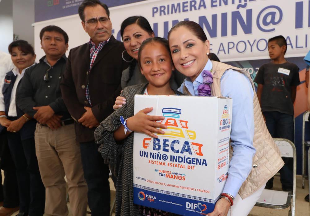 Dinorah López de Gali entrega apoyos en Santa María Coyomeapan