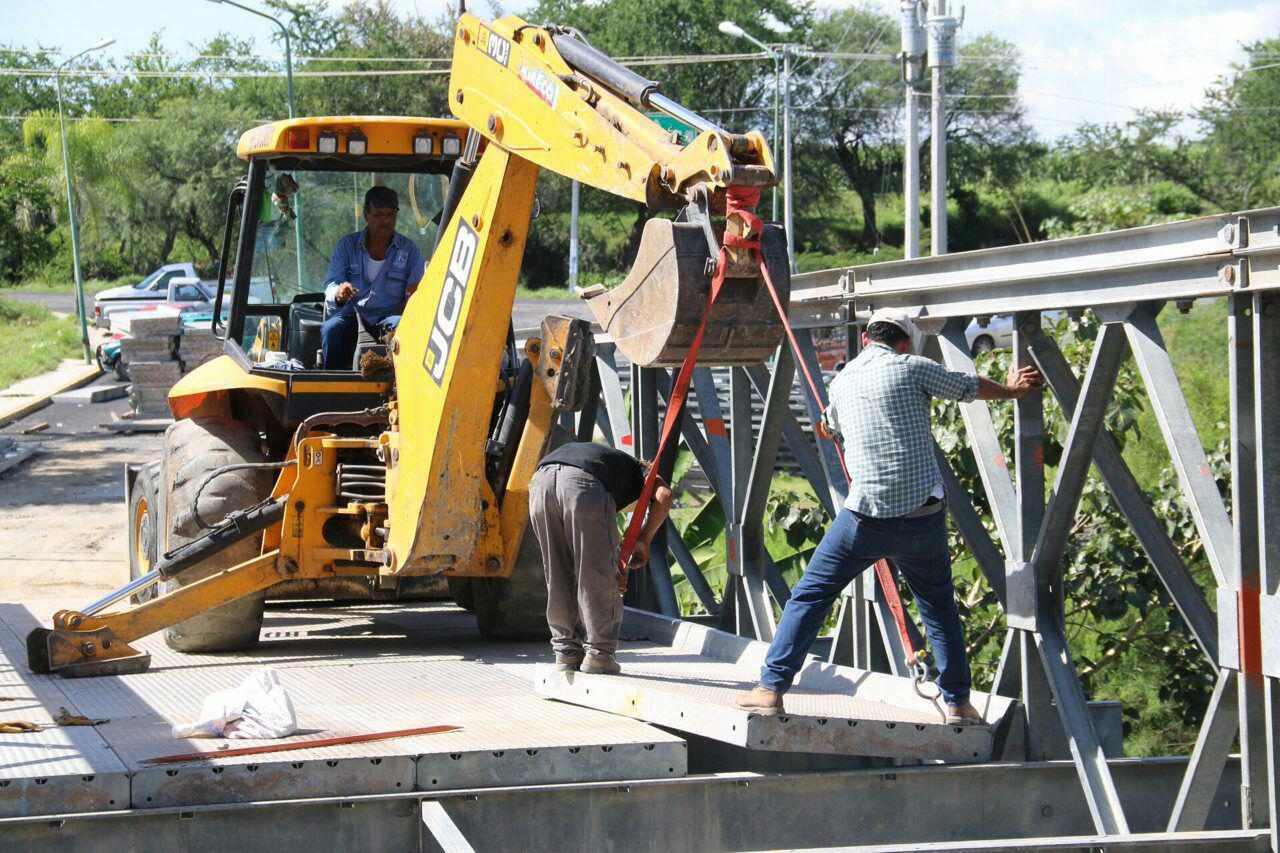 Instalan puente provisional por 6 meses en la entrada a Chietla