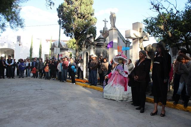 Realizan 3a edición del concurso de ofrendas en el panteón municipal