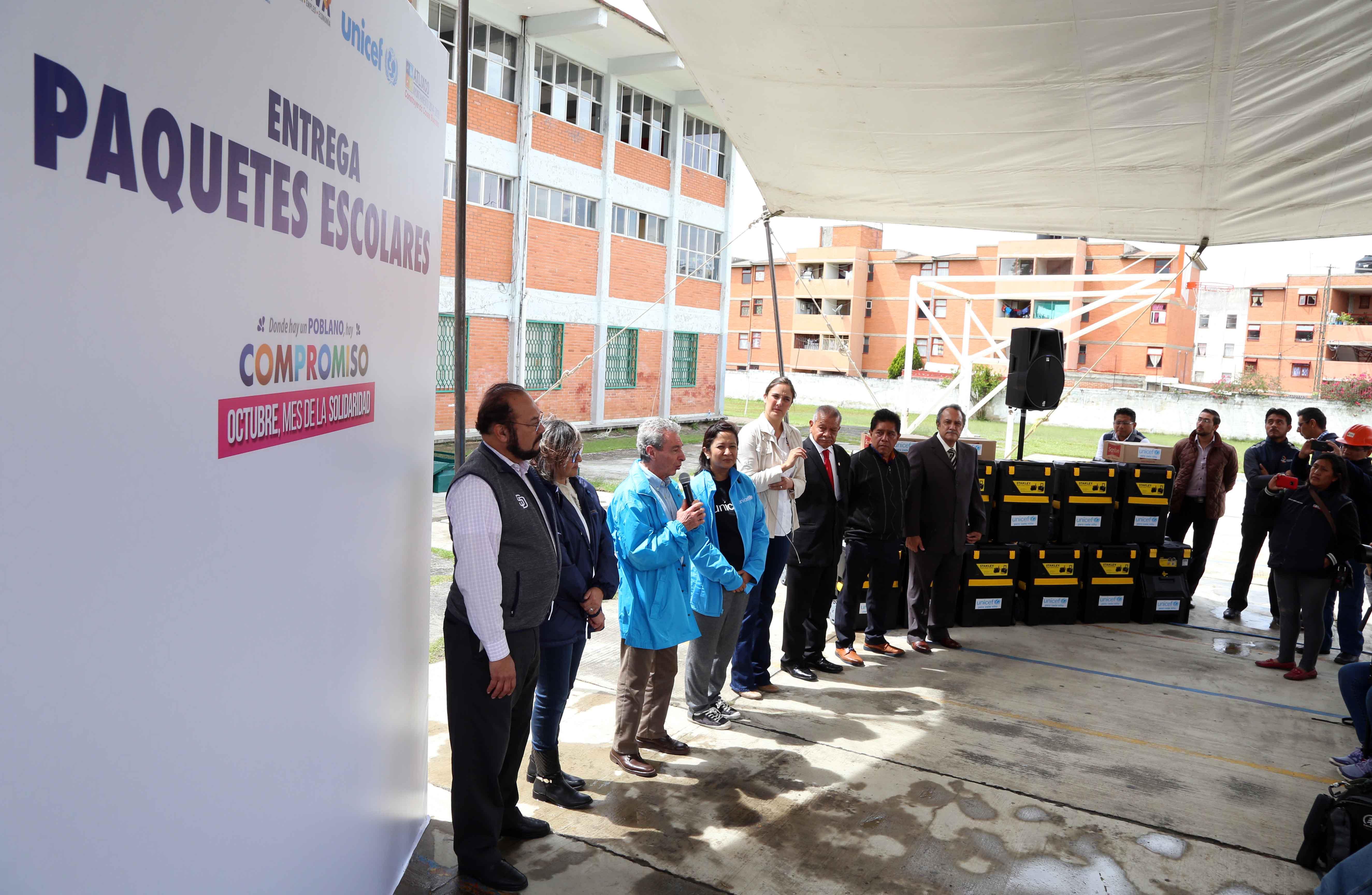 SEP y Unicef entregan kits escolares en Puebla tras el sismo