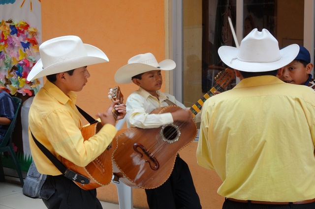 Capacitan a menores en Puebla para preservar el son huasteco