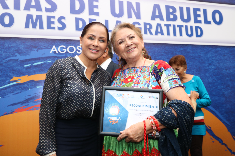 SEDIF entrega reconocimientos a adultos mayores en Puebla