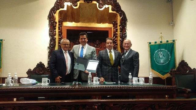 Presentan en la Escuela Libre de Derecho de Puebla el libro Esencia Social