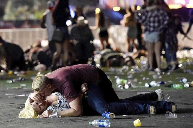 Foto viral: El héroe que cubrió y salvó a una mujer en matanza en Las Vegas