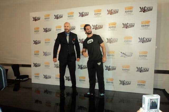 Seth Rollins amenaza con aplicar buckle Bomb a Roman Reigns en Puebla