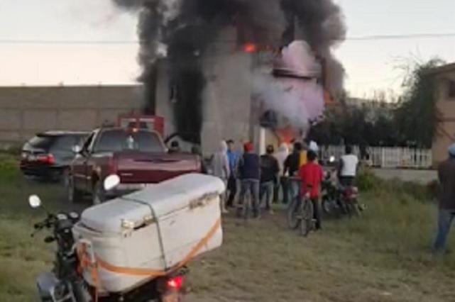 Mujer fallece por incendio en bodega de huachicol en Tepeaca