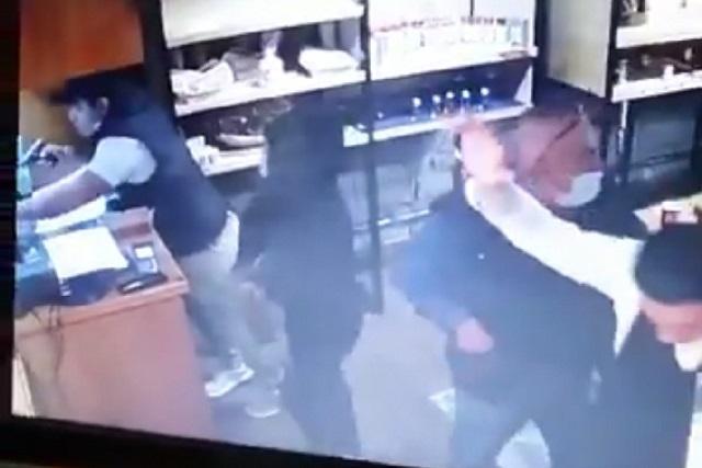 Video: arrastran a cajera en asalto a restaurante de La Noria