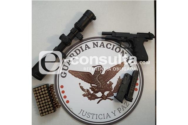 Los detienen por no usar cinturón de seguridad y les descubren armamento