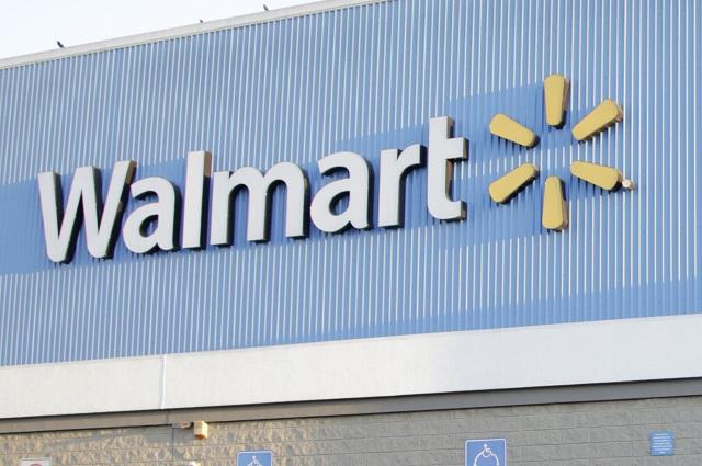 Fotos de Walmart se viralizan por mostrar dos familias y el mismo hombre