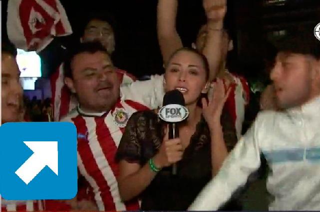 Mira cómo se acercó el aficionado de Chivas a reportera hasta tocarla en vivo