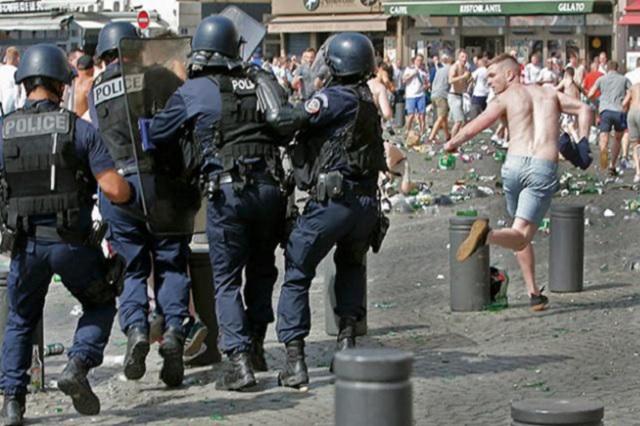 Hooligans ingleses y rusos protagonizan batalla campal en Marsella