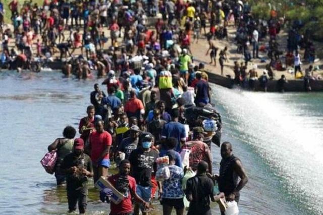 Frena EU a haitianos en Texas y los regresa en vuelos
