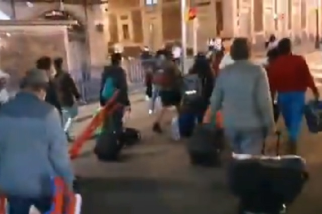 Abuchean a miembros de FRENAA por abandonar plantón y dormir en hoteles