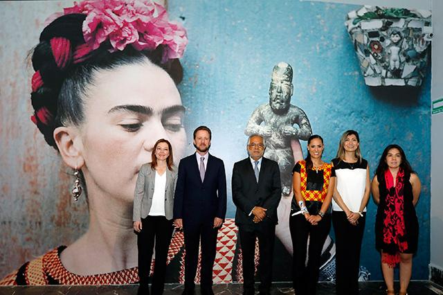 Banck abre al público la exposición en torno a Frida Kahlo