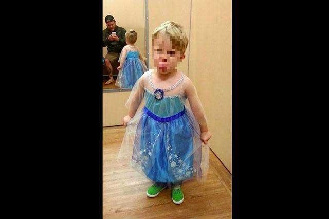 Niño pide disfraz de Elsa de Frozen para Halloween y su papá se lo hace