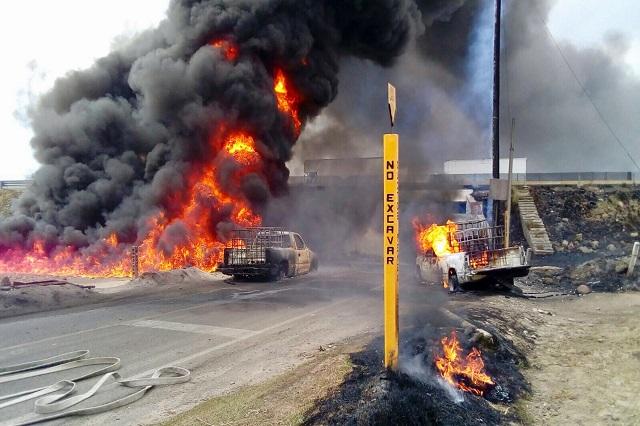 Explota toma clandestina y calcina 2 camionetas en Acajete