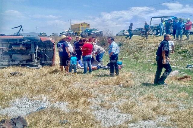 Mueren dos en aparatosa volcadura en Los Reyes-Zacatepec