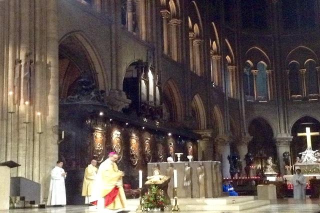 Celebran la Navidad en la Catedral de Nôtre Dame en París