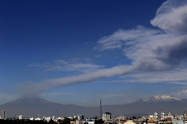 Por explosiones del volcán, cae ceniza en el sur de la capital