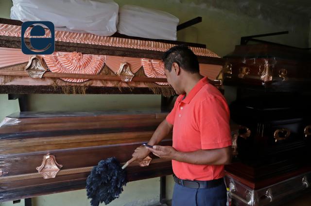 Trabajadores de funerarias exigen ser vacunados en Puebla