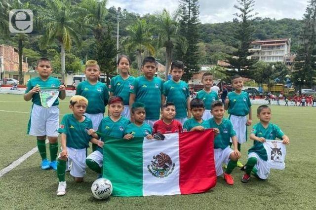 Pequeños futbolistas ganan 3-0 en su debut en Colombia
