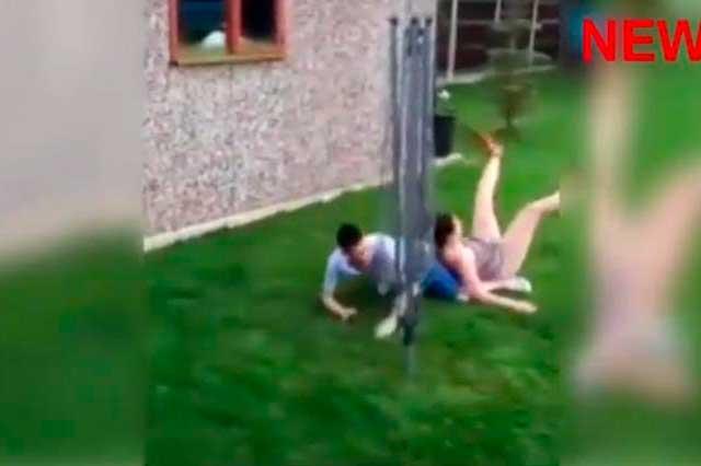 Joven inglés juega futbol con su novia y le hace brutal entrada