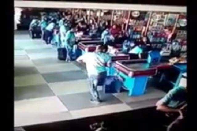 ¿Ronaldinho? Hombre va de compras y realiza maniobra de crack