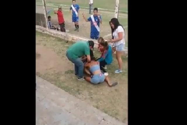 Dos mujeres, un futbolista: Chicas pelean en partido de futbol por un joven