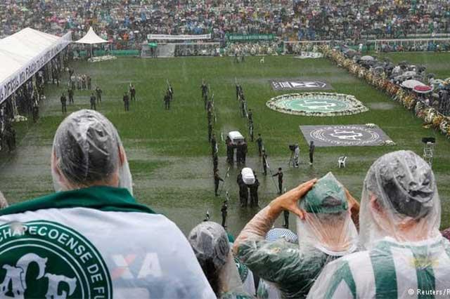 Con aplausos, despiden en el Arena Condá los restos de futbolistas del Chapecoense