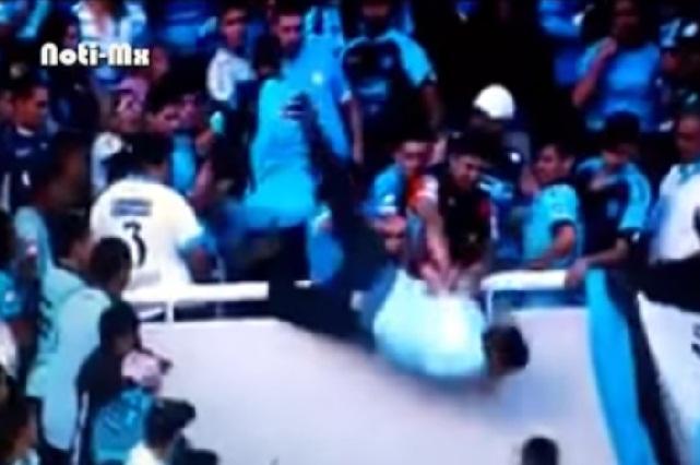 Violencia y tragedia: empujan desde las gradas a aficionado en Argentina