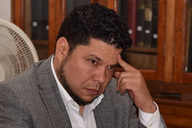 Se lanzan contra Biestro funcionarios de Claudia Rivera