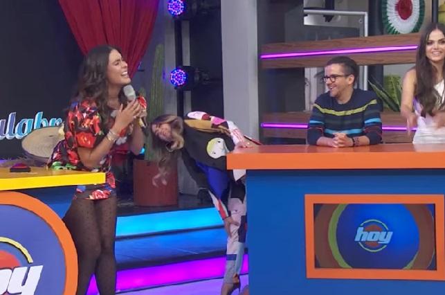 Mini vestido de Galilea Montijo se le sube y Legarreta la rescata