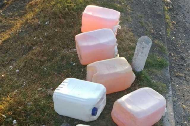 Abandonan garrafas con gasolina en la autopista México- Puebla