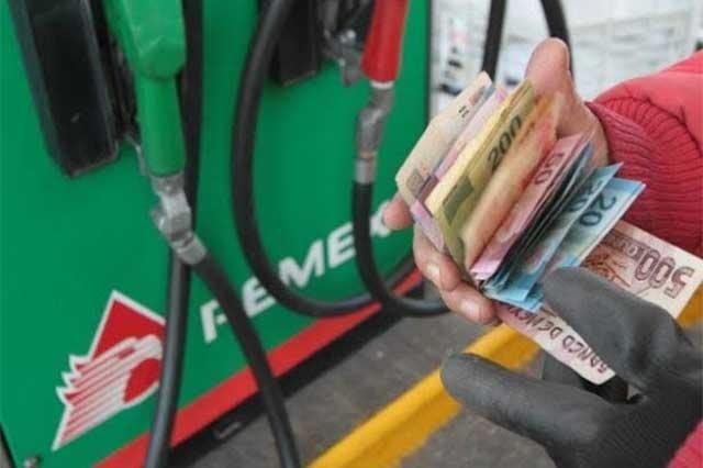 Balconea AMLO a gasolinera poblana por dar litros incompletos