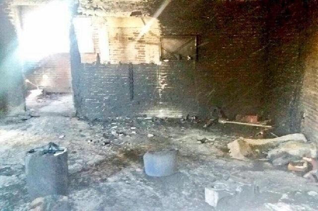 Arde casa que almacenaban gasolina ilícita en El Salvador