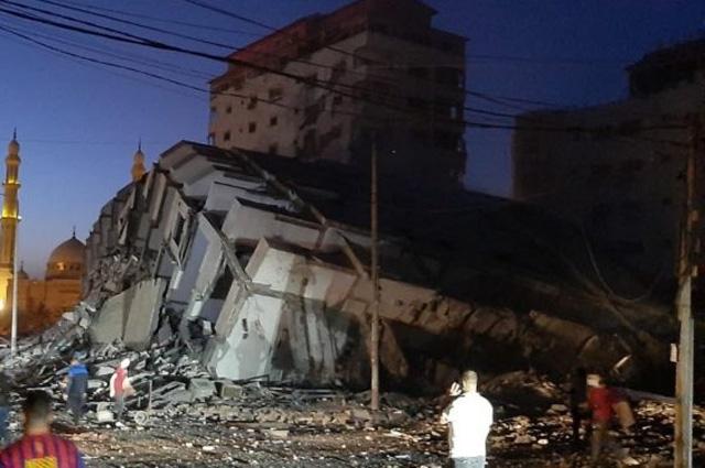 Se derrumba edificio de 12 pisos en Gaza tras bombardeo