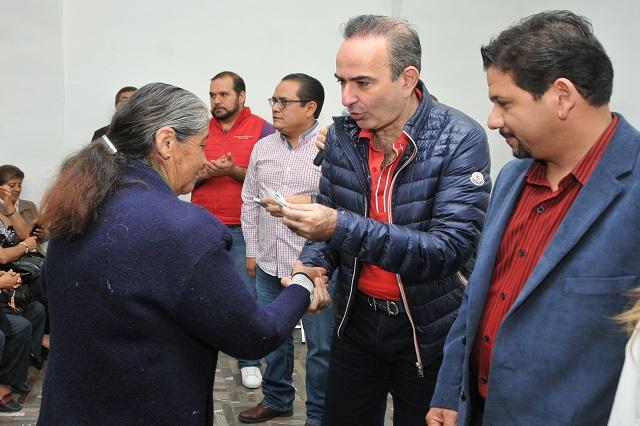 Entrega presidente del PRI credenciales a militantes en Puebla