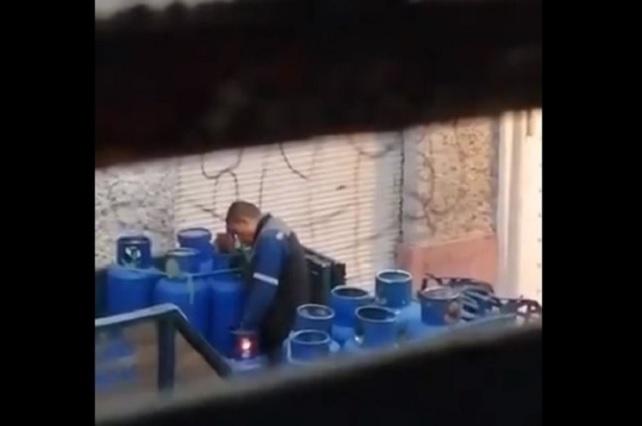Graban a sujeto que sella con fuego tanques de gas en la Miguel Hidalgo