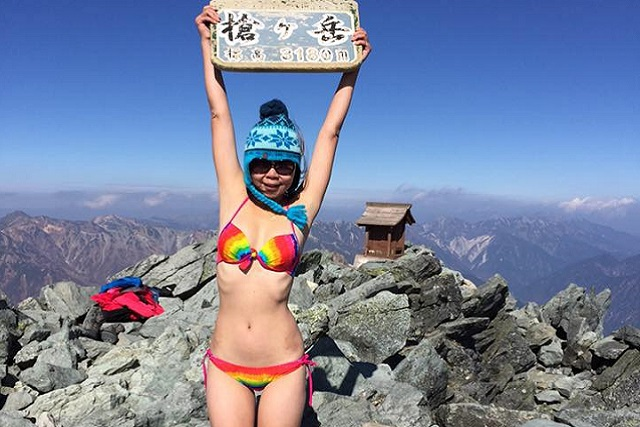 Alpinista famosa por escalar en bikini muere congelada