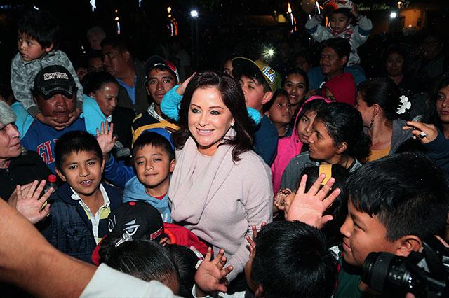 Reúne López de Gali a menores para lanzar globos de Reyes