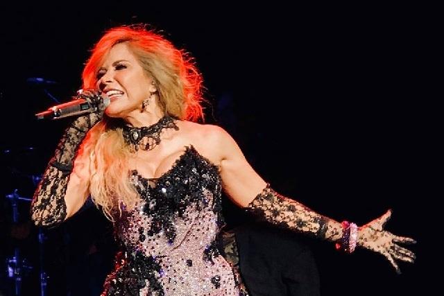 En concierto, Gloria Trevi hace split con mini vestido y enseña de más