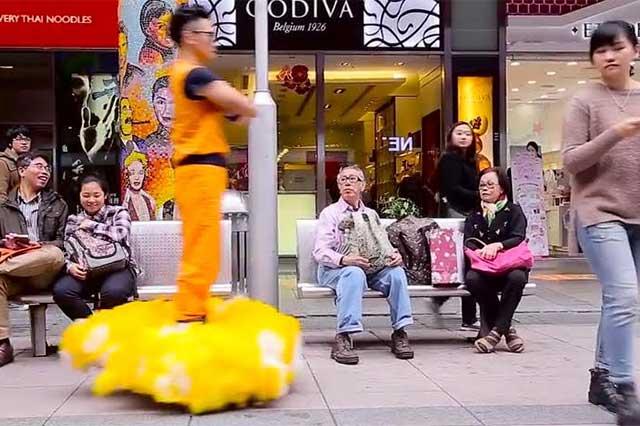 Joven fanático de Dragon Ball pasea en China en su nube voladora