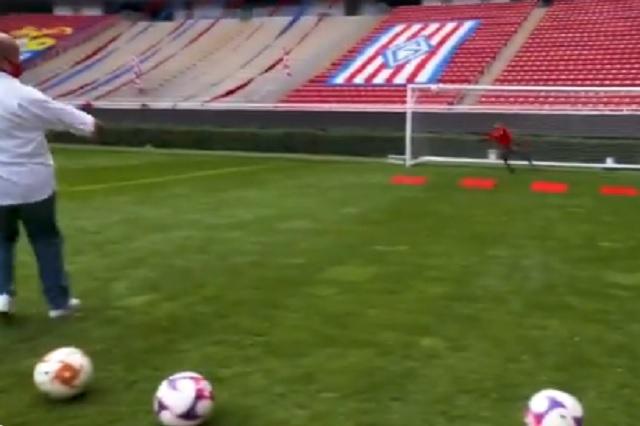 Enrique Alfaro le anota un golazo a portero de Chivas: Video