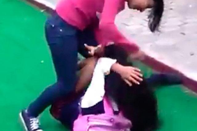 Chica golpea salvajemente a estudiante con manopla en Coahuila
