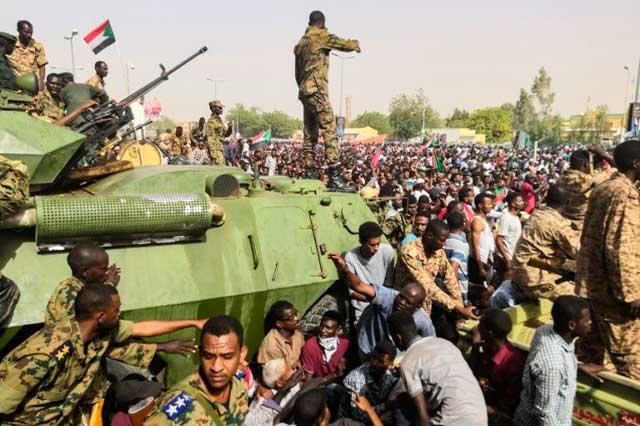 Militares dan golpe de estado en Sudán; disparan a opositores