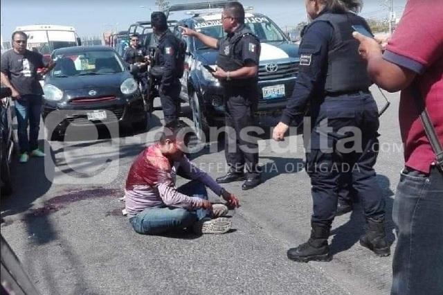 Taxistas detienen y golpean a asaltante en la Atlixcáyotl